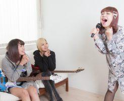 カラオケ熱唱女子