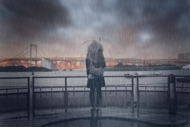 暴風雨の中に女性