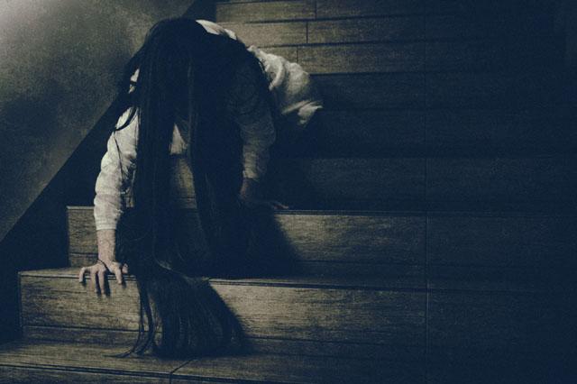 階段から髪の長い女性